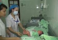 Quy trình tắm bé sơ sinh sau vụ điều dưỡng đánh rơi 5 trẻ